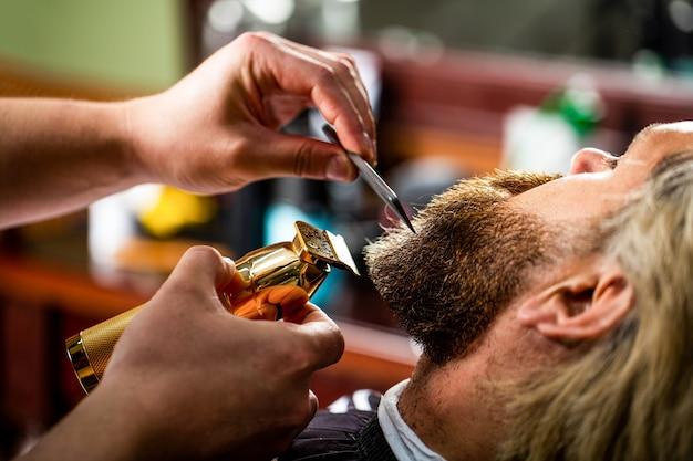 Bebaarde man in kapperszaak. man een bezoekende haarstylist in de kapsalon.