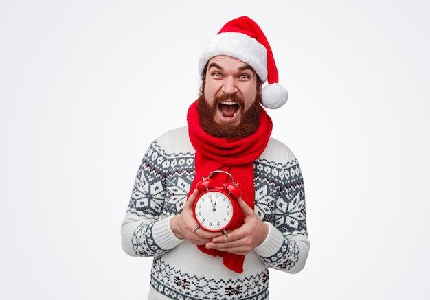 Bebaarde man in kerstmuts schreeuwen voor het aftellen om middernacht