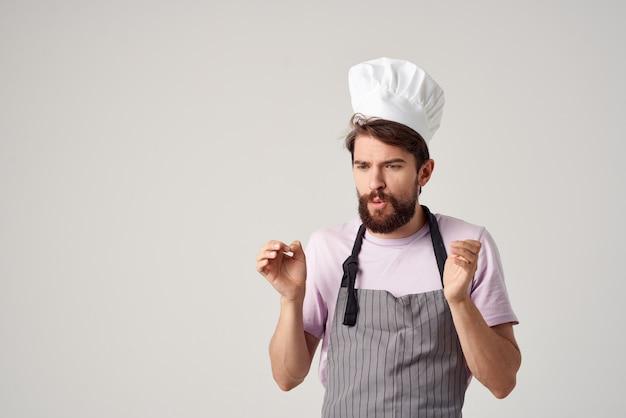 Bebaarde man in koksuniform professionele voedingsindustrie