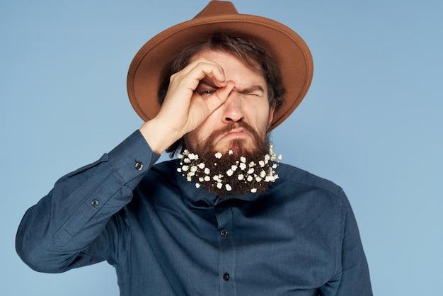 Bebaarde man in overhemd hoed bloemen elegante stijl