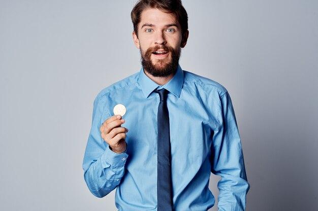 Bebaarde man in overhemd met stropdas cryptocurrency financiën elektronisch geld