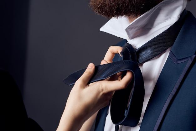 Bebaarde man in pak binden stropdas elegante stijl