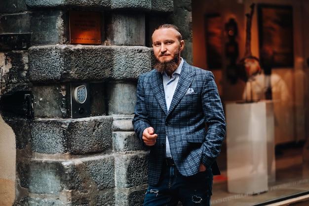 Bebaarde man in pak in de oude stad lyon, stijlvolle man in pak in frankrijk.