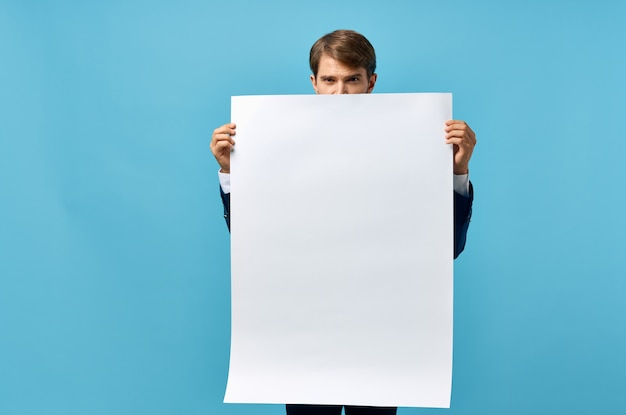 Bebaarde man in pak witte mocap poster korting reclame blauwe achtergrond. hoge kwaliteit foto