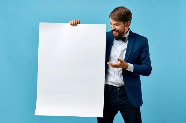 Bebaarde man in pak witte mocap poster korting reclame blauwe achtergrond