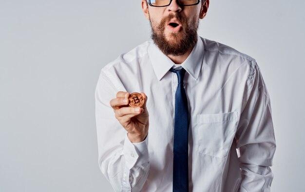 Bebaarde man in shirt cryptocurrency bitcoin met muntinvestering