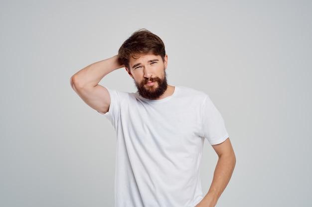 Bebaarde man in witte t-shirt poseren