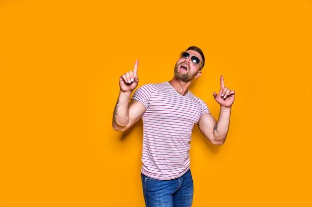 Bebaarde man in zonnebril wijzende vinger omhoog