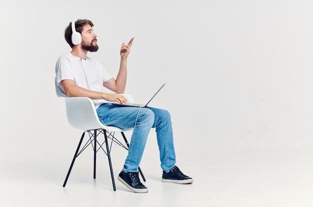 Bebaarde man luisteren naar muziek op koptelefoon entertainment