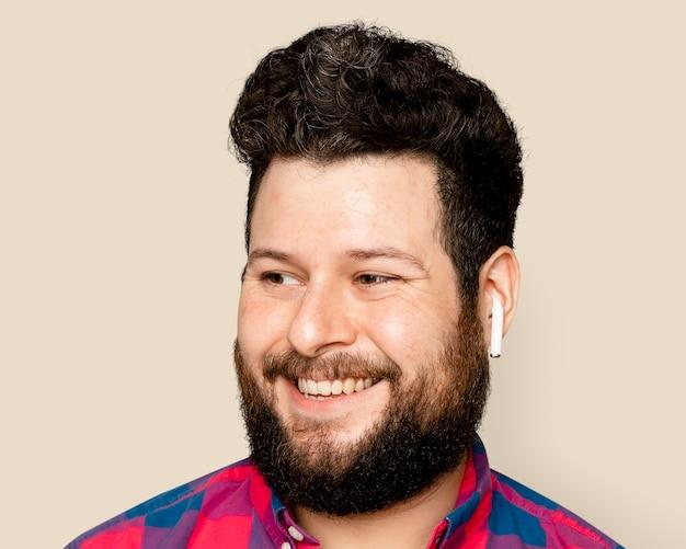 Bebaarde man, luisteren naar muziek via koptelefoon portret
