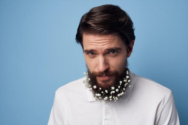 Bebaarde man met bloemendecoratie wit t-shirt bijgesneden weergave studio.