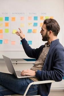 Bebaarde man met businessplan