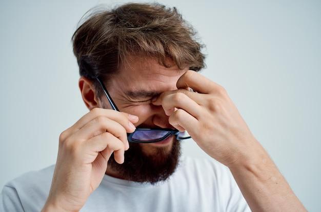 Bebaarde man met een bril in de hand zichtproblemen geïsoleerde achtergrond