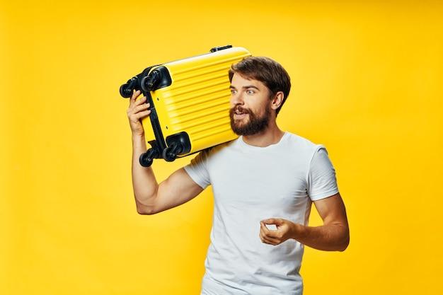 Bebaarde man met een koffer op zijn schouder vakantiereizen van passagiers