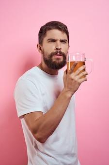 Bebaarde man met een mok bier op een roze muur leuke emoties