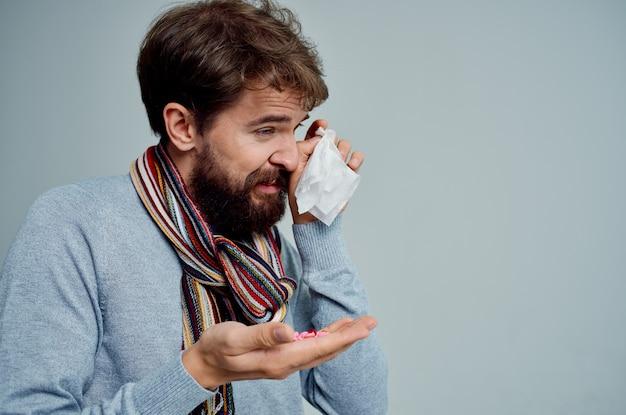 Bebaarde man met een sjaal om zijn nek griep gezondheidsproblemen lichte achtergrond