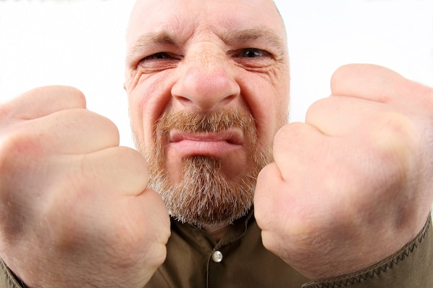 Bebaarde man met gebalde vuisten close-up op witte achtergrond