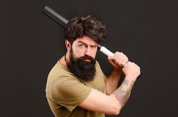 Bebaarde man met honkbalknuppel. ernstige man klaar om te slingeren. honkbalspeler met honkbalknuppel.