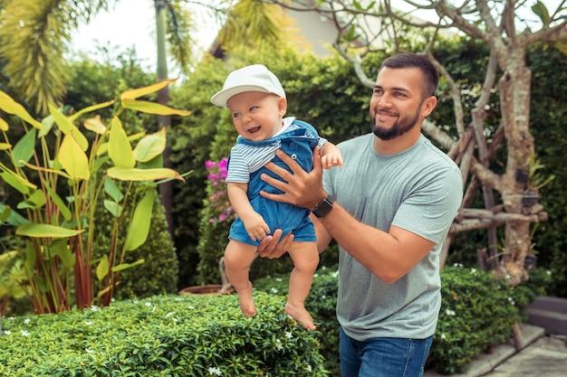 Bebaarde man met jonge jongen