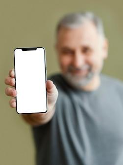 Bebaarde man met mobiel