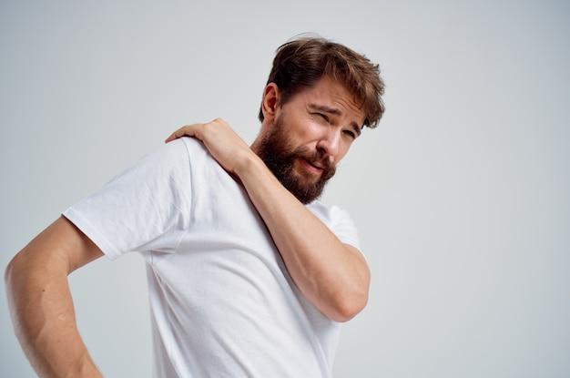 Bebaarde man met nek artritis gezondheidsproblemen lichte achtergrond. hoge kwaliteit foto