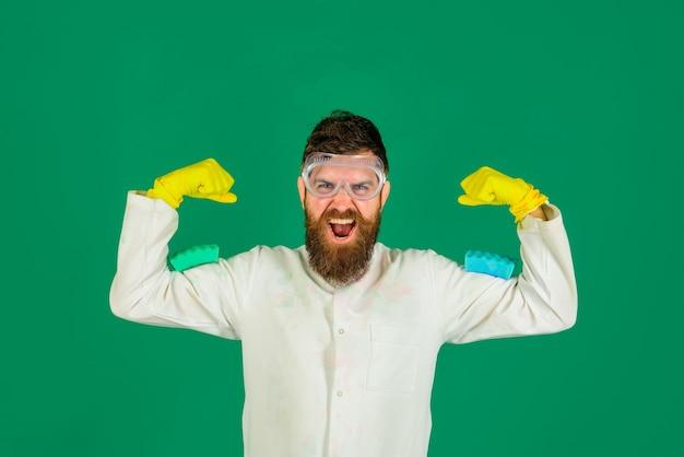 Bebaarde man met reinigingsapparatuur man met sponzen op schouders bebaarde man met sponzen schoonmaken