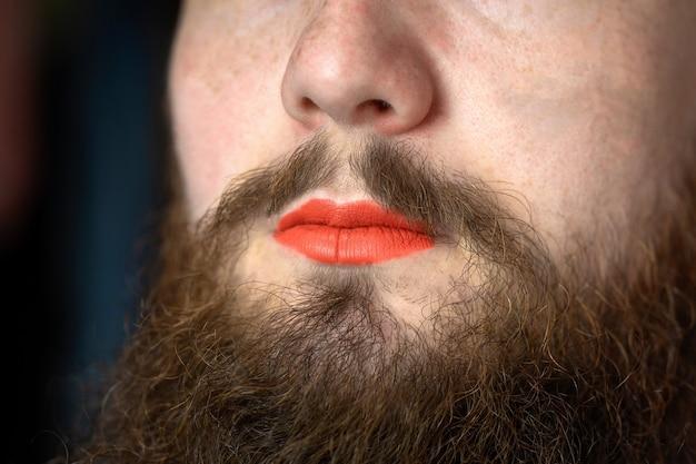 Bebaarde man met rode lippenstift op zijn lippen knappe trots transgender portret lgbtq transseksueel