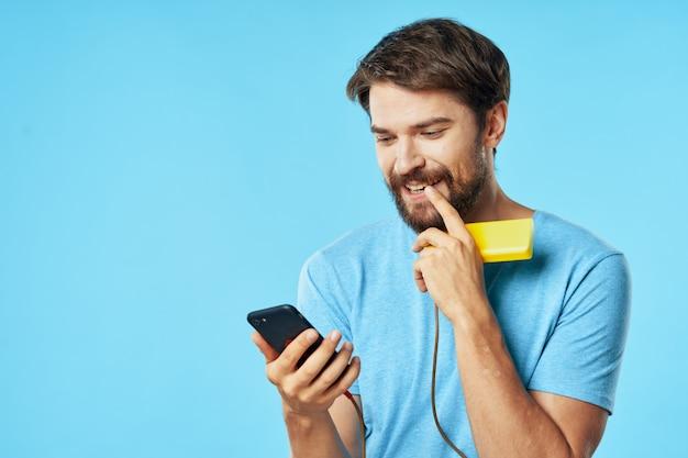 Bebaarde man met telefoon