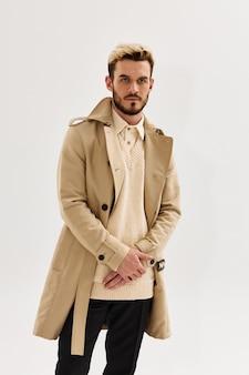 Bebaarde man mode kapsel jas studio moderne stijl