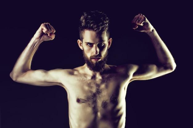 Bebaarde man of hipster met slank lichaam met anorexia