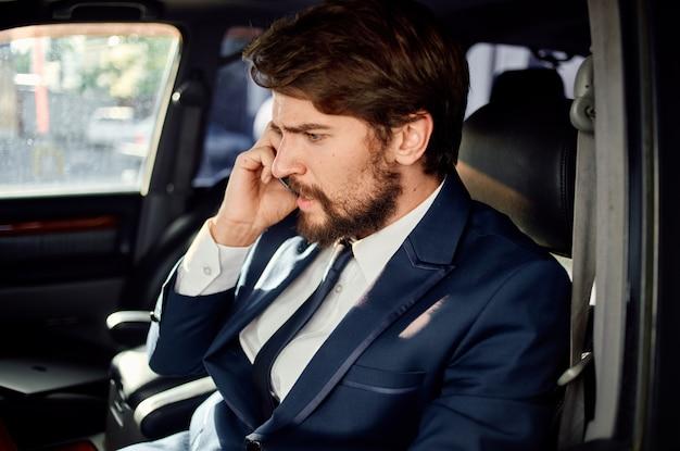 Bebaarde man officiële passagier chauffeur weg zelfvertrouwen