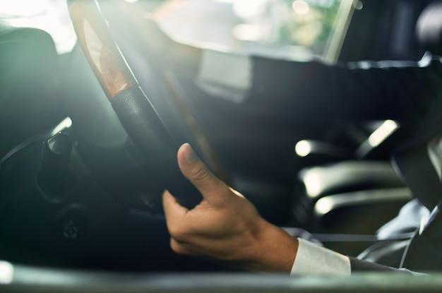 Bebaarde man officiële passagier chauffeur wegcommunicatie via de telefoon