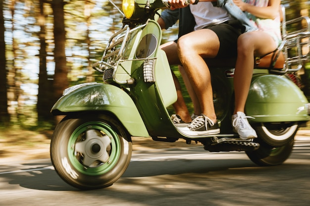 Bebaarde man op scooter met vrouw buitenshuis