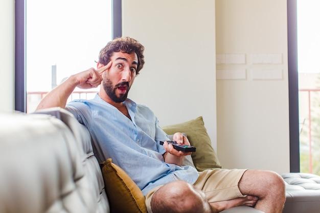 Bebaarde man op zoek verrast, met open mond, geschokt, een nieuwe gedachte, idee of concept realiserend