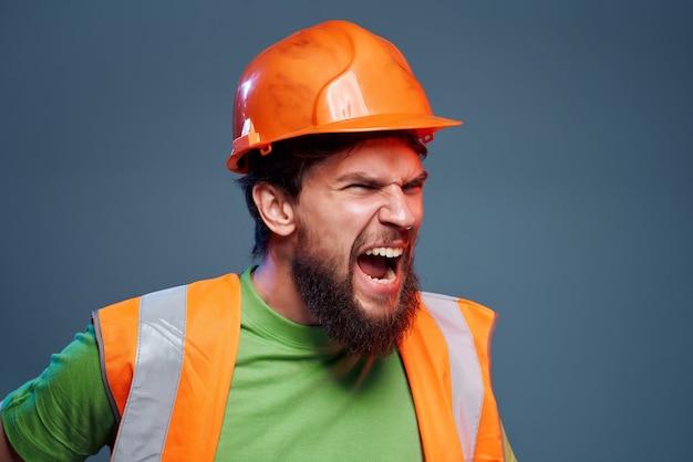 Bebaarde man oranje helm op het hoofd industrie geïsoleerde achtergrond