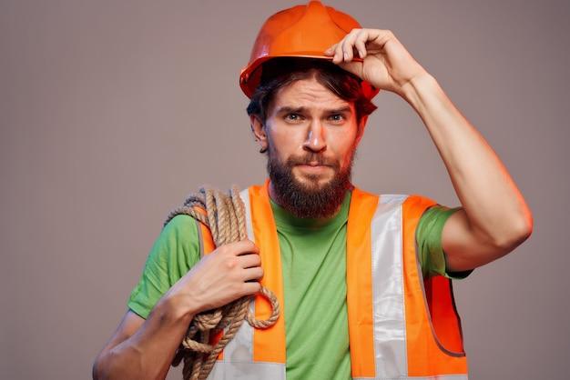 Bebaarde man oranje helm op het hoofd professional