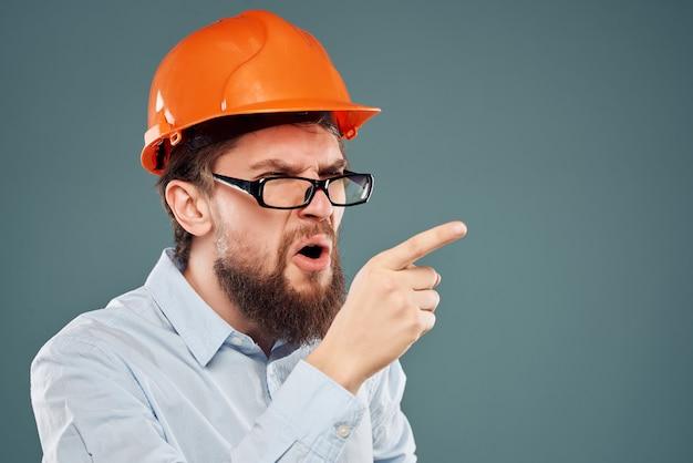 Bebaarde man oranje helm op het hoofd succes geïsoleerde achtergrond