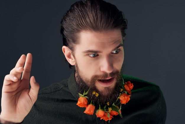 Bebaarde man poseren bloemen in een baard mode geïsoleerde achtergrond