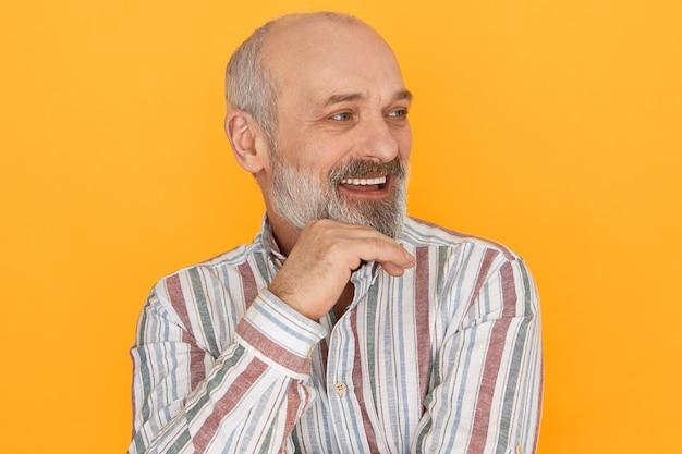Bebaarde man poseren met gestreepte shirt