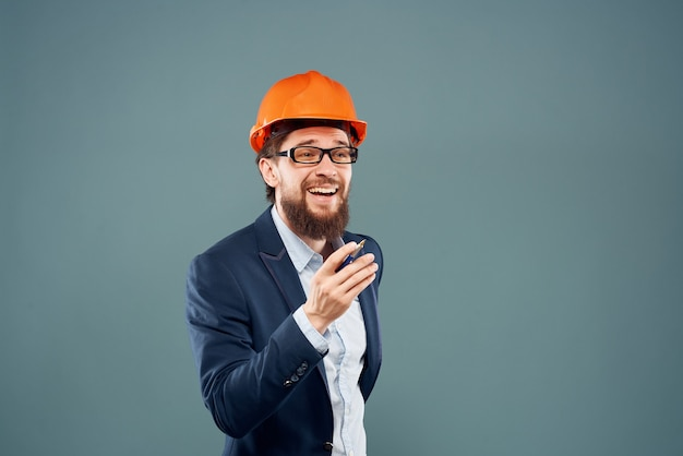 Bebaarde man professioneel werkend beroep succes geïsoleerde achtergrond