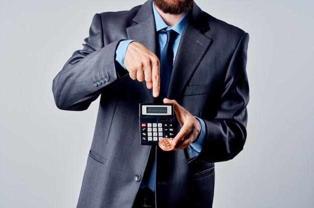 Bebaarde man rekenmachine bitcoin in de hand tellen financiële studio officieel. hoge kwaliteit foto
