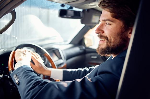 Bebaarde man rijdt een autorit luxe lifestyle service