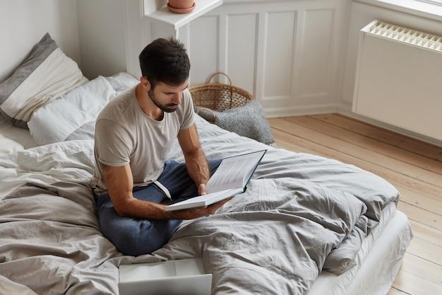 Bebaarde man thuis poseren tijdens het werken
