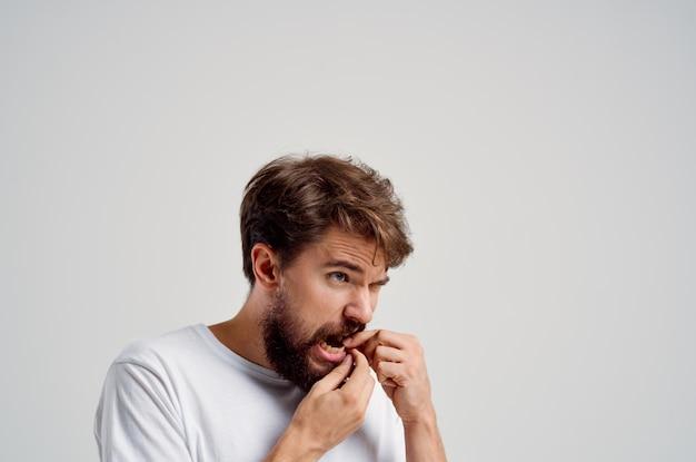 Bebaarde man vasthouden aan het gezicht van pijn in tanden geïsoleerde achtergrond. hoge kwaliteit foto