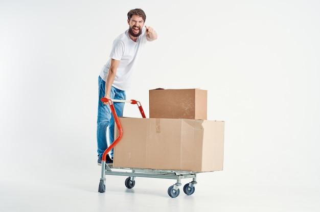 Bebaarde man verzending vervoer in een doos lichte achtergrond
