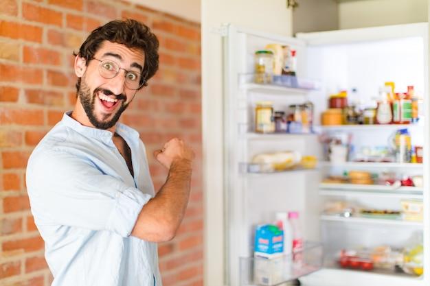 Bebaarde man voelt zich gelukkig, positief en succesvol, gemotiveerd wanneer hij voor een uitdaging staat of goede resultaten viert