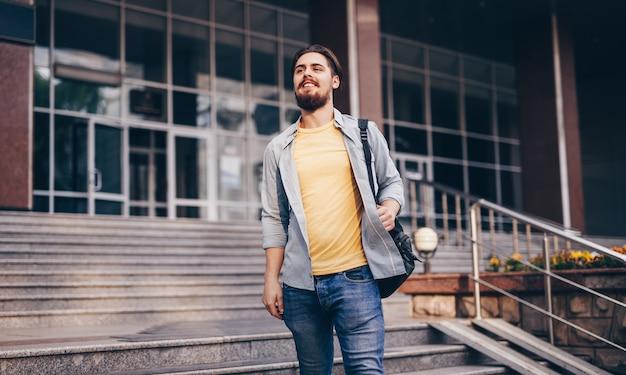 Bebaarde man weglopen van de universiteit