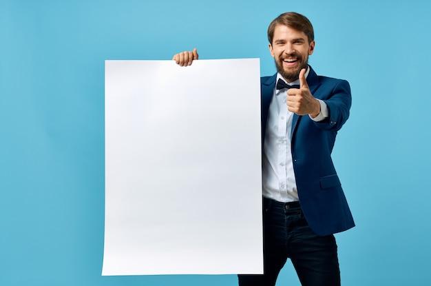 Bebaarde man witte banner in de hand blanco vel presentatie blauwe achtergrond