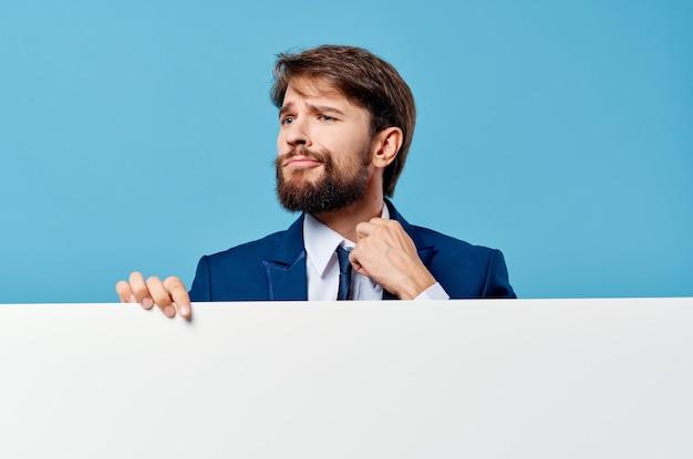Bebaarde man witte mockup poster in de hand reclame geïsoleerde achtergrond