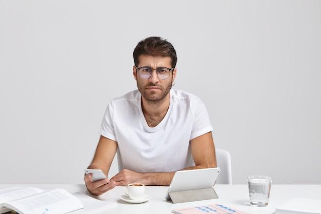 Bebaarde mannelijke ceo ontwikkelt aanbevelingen om de financiële situatie te verbeteren